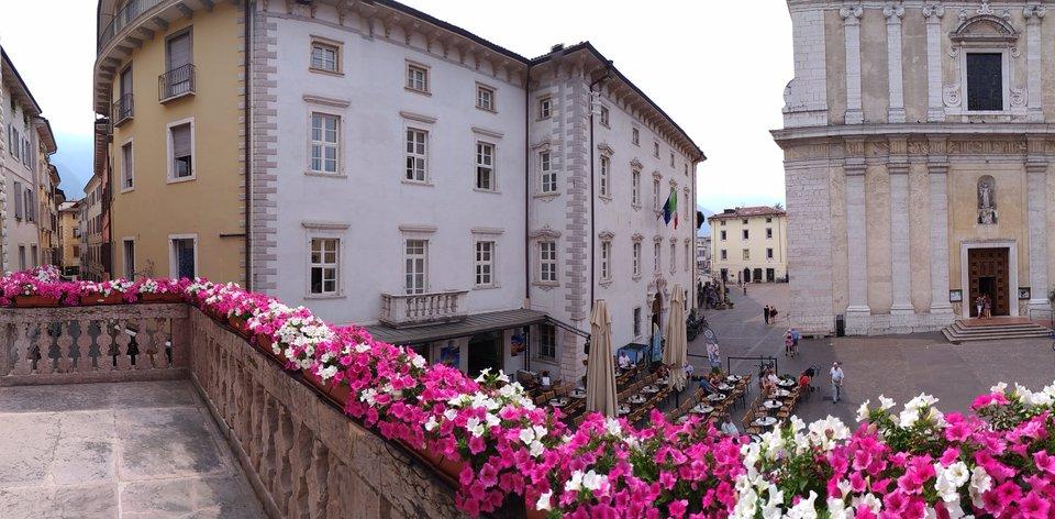 mit Blick auf die Stiftskirche und das Rathaus..